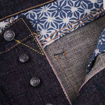 Warpweft Company - супер-маленький деним-бренд из Индонезии создающий джинсовую продукцию в духе лучший японских традиций джинсового производства. Для изготовления используются японские селведж полотна старого образца из 100% хлопка, весом в 14, 19 и 21 унцию. Деним имеет заметную ворсистость и структурность. Джинсы имеют прямой
